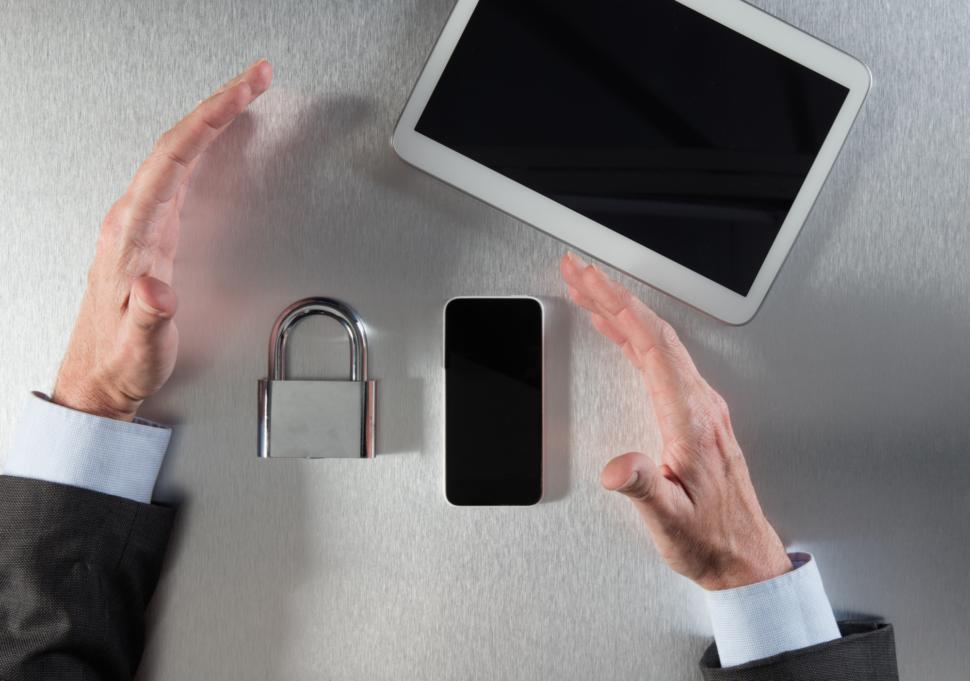 Ruce chrání data, zámek a bezpečí dat.